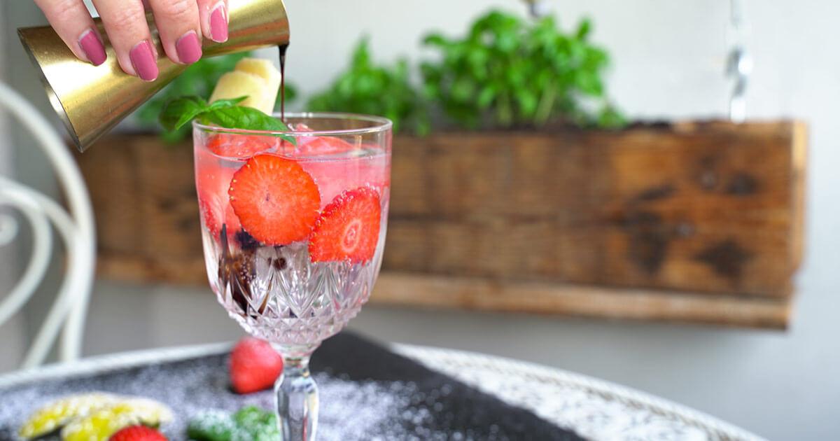 Gin Tonic mit Erdbeeren und Balsamico Float