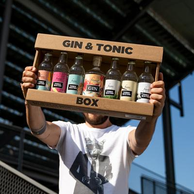 Gin Tonic Box in der Hand